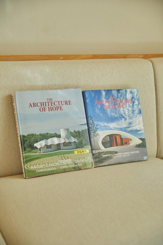 """画像: イギリス各地のマギーズセンターの建築を紹介した本"""" The Architecture of Hope: Maggie's Cancer Caring Centres"""""""