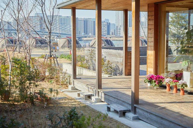 画像: 東京湾がすぐ目の前。建物の周りを植栽が取り囲み、季節ごとに育てている花が咲く
