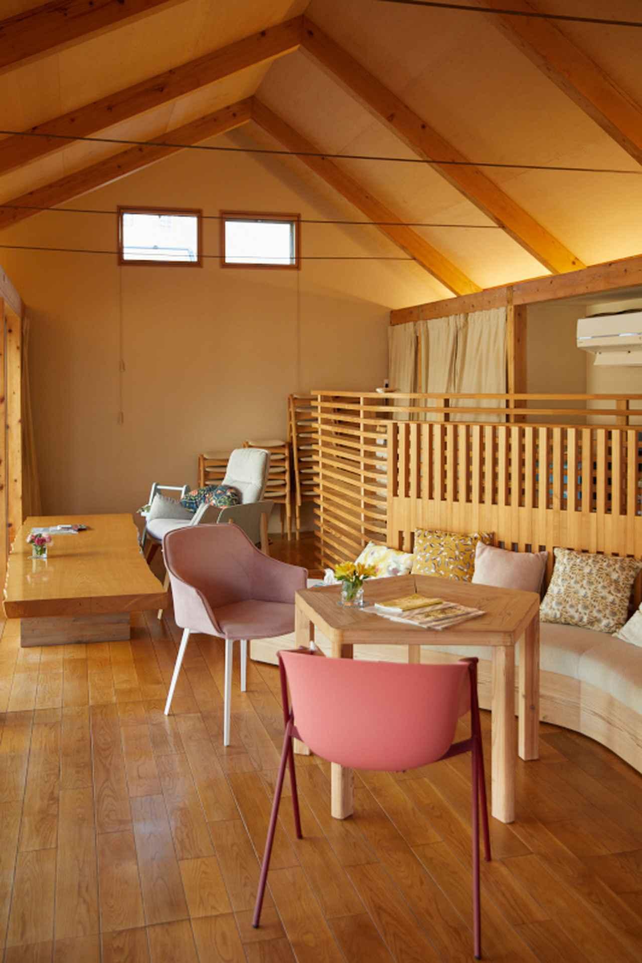 画像: 室内は優しい色合いで統一されている。リラクセーション、ストレスマネジメントなどに関するグループプログラムを現在はオンラインで開催( http://maggiestokyo.org/calendar )