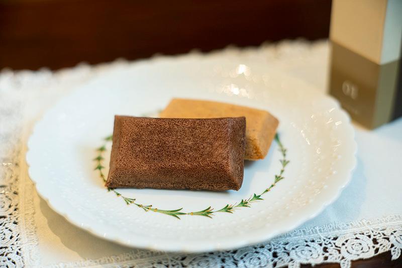 画像: 「ブック型 文庫本サイズ フィナンシェ」。ヘーゼルナッツ味とチョコレート味の2種入り、1,404円(税込)