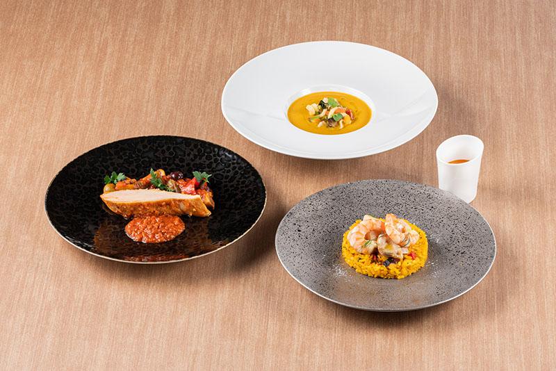 """画像: 「リカバリーコース」 のメニューは、「彩り野菜を浮かべたクリーミーミネストローネ サフランとライムの香りを忍ばせて」「シーフードリゾット バレンシア風""""アロス・メロッソ""""」「鶏むね肉とダッテリーノトマト、パプリカの煮込み スペイン風""""チリンドロン""""」"""