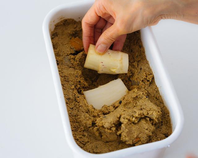 画像: 軸下の硬い部分は厚めに皮をむいて縦半分に切り、薄い塩をすり込み、糠床に漬ける