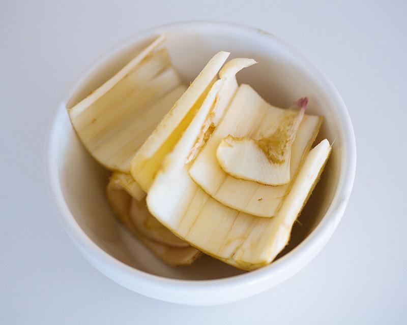画像: うどの皮は、炒め物やきんぴらに使うので取りおく