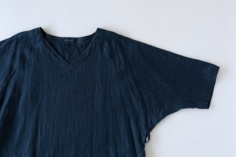 画像: 襟元や袖のデザインにも、涼しくおしゃれな工夫が