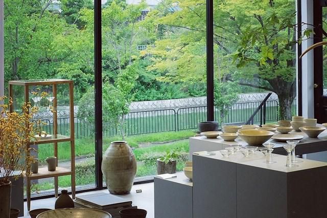 画像: 大きな窓からは、琵琶湖疎水沿いの美しい緑が堪能できます