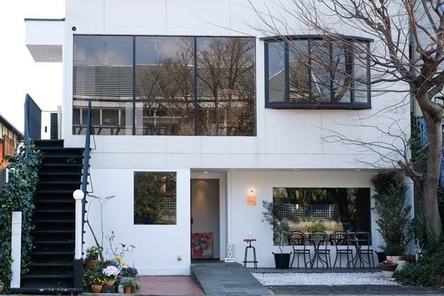 画像: お店は建物の2階部分。月に1回ほどのペースで、作家さんの個展が開かれています