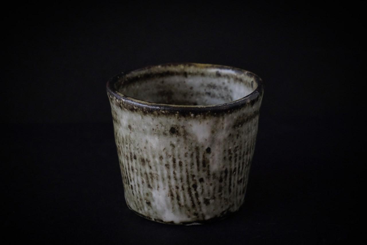 画像: 薪窯で焼き上げた「薪窯猪口」は、櫛目の跡が特徴的。日々の生活を支えてくれるような、力強くも美しい作風が魅力です