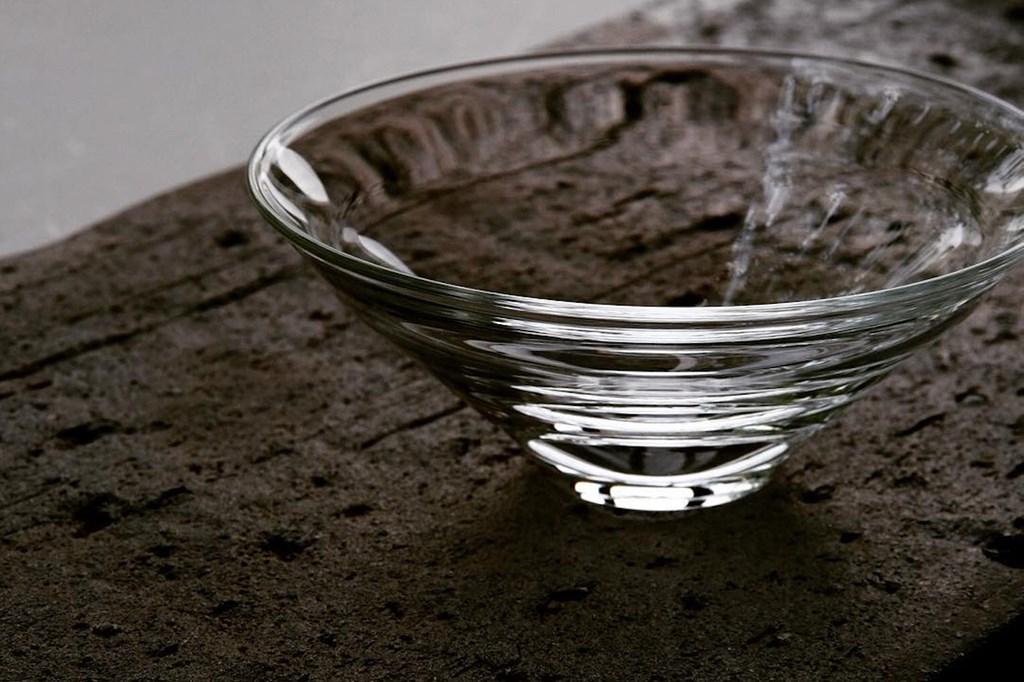 画像: ピンブロウという技法でつくられたグラス「水一滴のための」。吸い込まれるような透明感が、見る人を虜にします