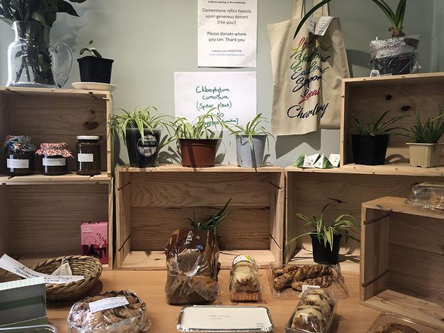 画像: 「ギブ アンドテイク」に並ぶ、ホームメイドのジャムやパン、ケーキ、それに植物。物々交換もできるが、購入した場合の収益はすべて寄付される