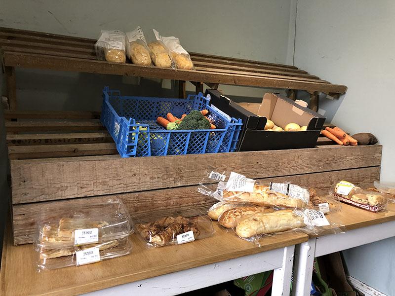 画像: コーナーハウスの野菜、果物、パンなどの棚。もうほとんどなくなっている