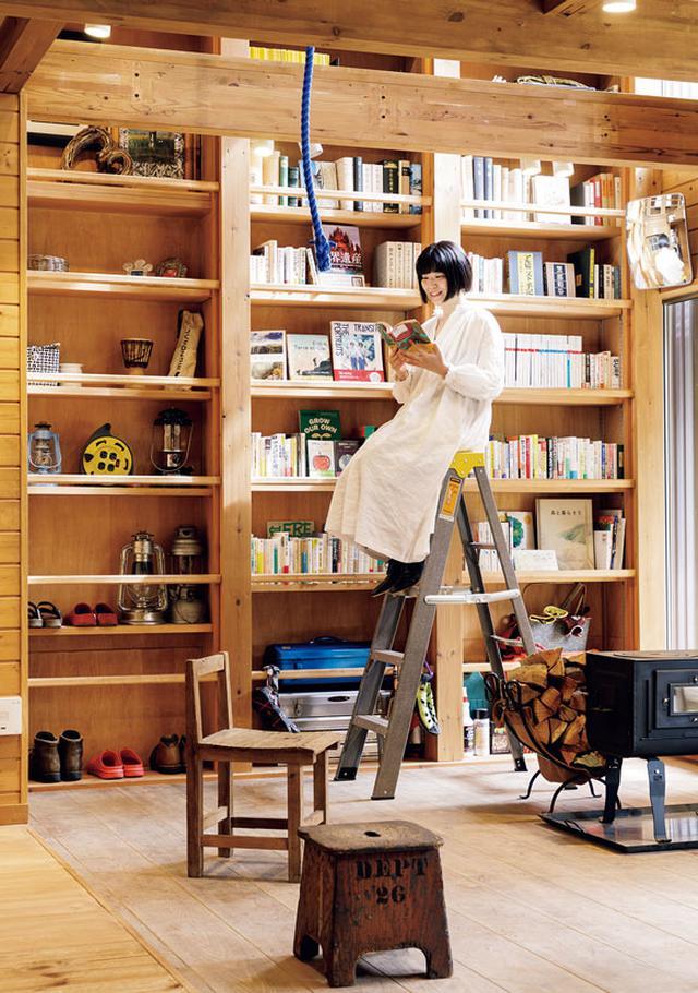 画像: 吹き抜けの書棚には登山の本がずらり。「山好きの友達の家に遊びにきたみたい!」
