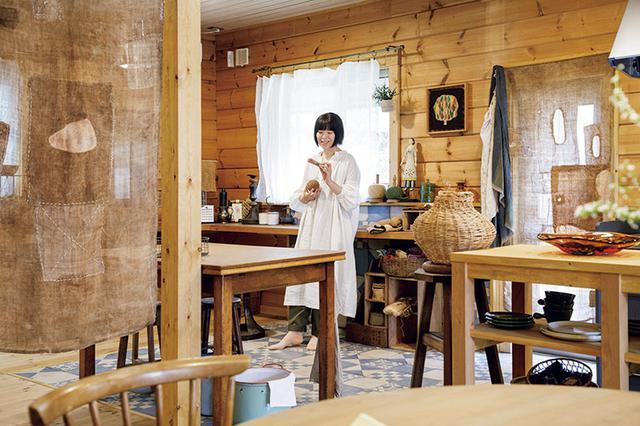画像: キッチン横の壁に取り付けられた長いカウンターに感心。「裁縫をしてもいいし、パソコンを広げてもいい。使い方を限定しないほうが、暮らしのイマジネーションが膨らみます」
