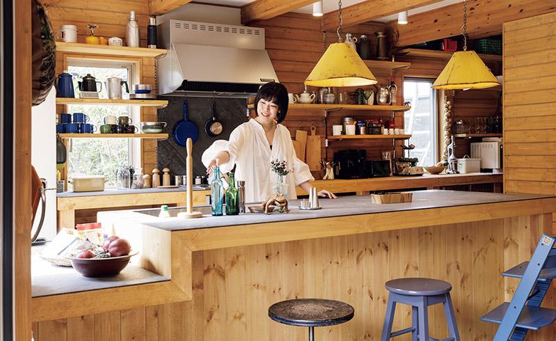 画像: アクセスしやすいオープンなつくりのキッチン。家族だけでなく訪れた人たちも気兼ねなく出入りできます