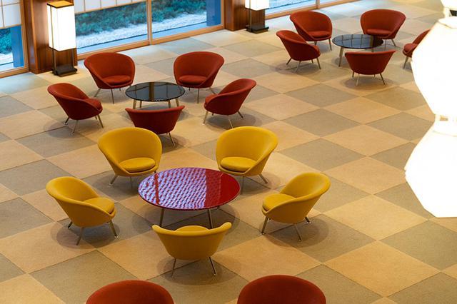 画像: 上階からみると、梅の花のように見えるテーブルと椅子