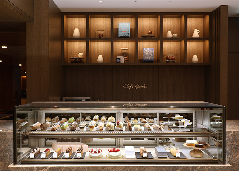 画像: 150種以上の商品がそろうデリカテッセン「シェフズガーデン」。〈レモンパイ〉〈ケーク〉どちらもで購入可能 (画像提供:The Okura Tokyo)