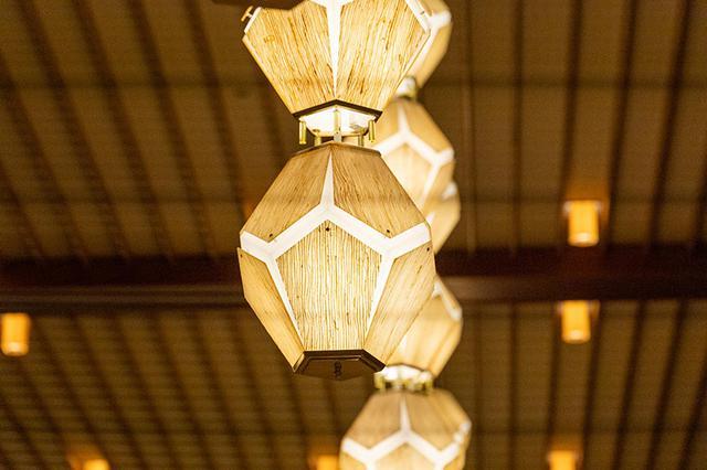 画像: アクリル板で金糸を挟み込んで貼り合わせた、オークラ・ランターン。古墳時代の水晶の装飾玉がモチーフ