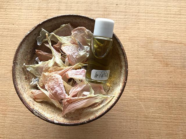 画像: 「身体の春」をテーマに調香した香水。手になじませて嗅ぐと、ひと言では言い表せない奥深い香り。時とともに移り変わり、ずっと嗅いでいたくなる