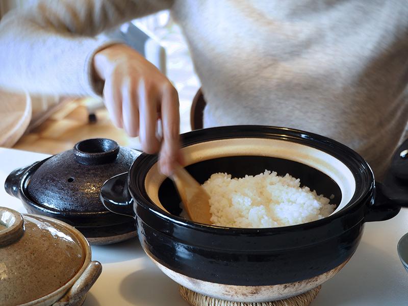 画像: 内ぶた付きの伊賀焼の土鍋で炊いたごはんは、ふっくらツヤツヤ