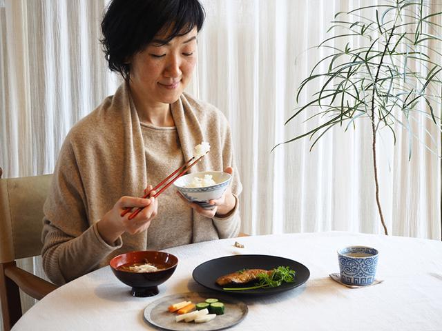 画像: 美しい器も、料理を引き立てて食欲をそそります。ぬか漬けを盛ったのは、吉田次朗さんの器