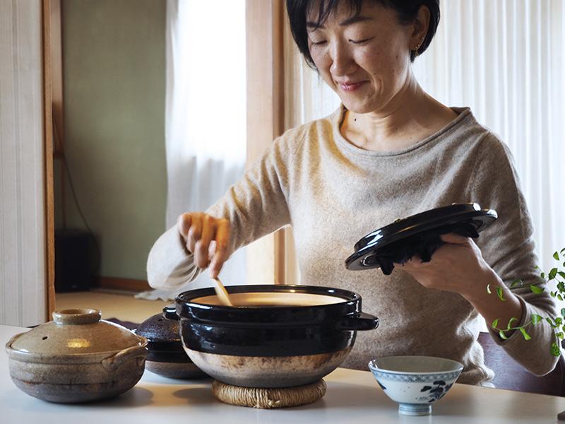 画像: 大・中・小の土鍋はわたなべさんのキッチンの必需品。ごはんはいちばん大きな土鍋でたくさん炊いて、食べきれないぶんは冷凍しておきます