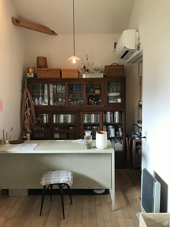 画像: ヨーロッパの小さな薬局のような店内