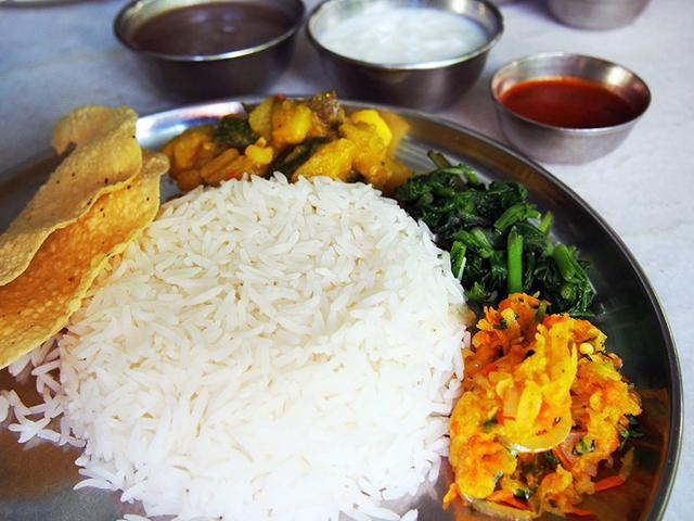 画像: ネパールの定食「ダルバード」。青菜など野菜もたっぷり使われ、とてもヘルシーなのだそう(写真提供:わたなべかおり)