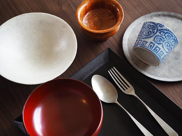 画像: 赤木明登さんの漆器、坂野友紀さんのカトラリーなど「薄くて繊細な食器が好きです」という愛用の食器たち。茶色い木の器はチベット僧が使うお椀で、始めてのチベット旅で求めた大切な品