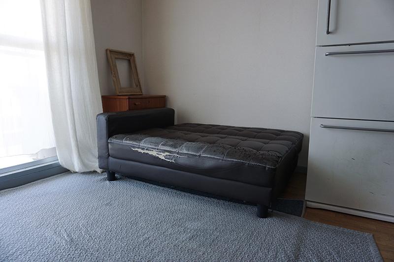 画像1: 革が破れたソファは買い変えるべきか、否か