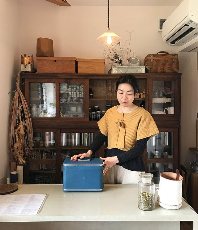 画像: 北山の花辺西棟にある、「maka」。調香セッションはかしださんと一対一で。青い箱の中に、香料が入っている。
