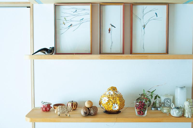 画像: 著書『wappen』の表紙に登場した鳥の刺しゅうワッペン。フレームは木工作家の井藤昌志さん作