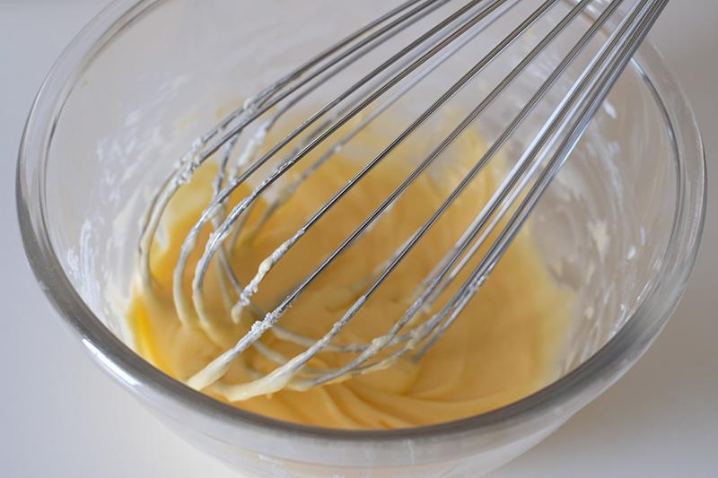 画像: マスカルポーネ、砂糖、卵黄を混ぜた状態