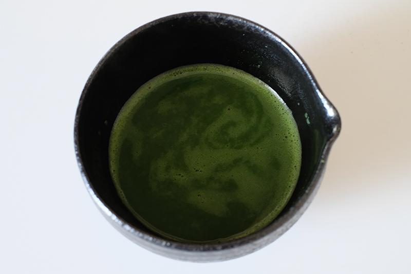 画像: 抹茶と熱湯を混ぜた状態