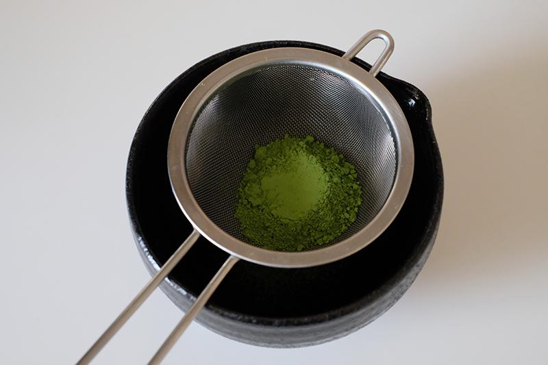 画像: 抹茶を漉す