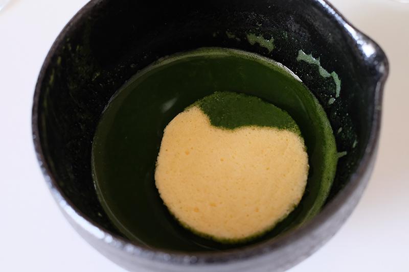 画像: 生地を抹茶に軽く浸す
