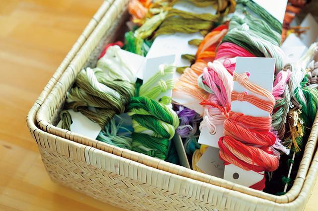 画像: 微妙な色づかいが、ういさんの作品のキーポイント。刺しゅう糸の種類も豊富にストック