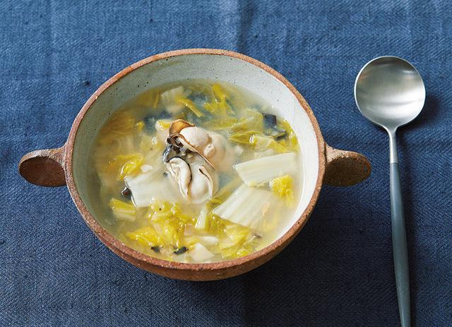 画像: 白菜漬けのスープは滋養たっぷり。かきや干しえびなどと、鶏ガラスープで煮込んで完成。白菜漬けの塩けや具材のうま味が効いて、味つけいらず