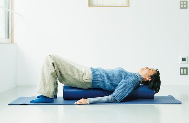 画像: ストレッチポールに乗って左右に体を揺らすだけで、背中や腰の筋肉がゆるんでほぐれる