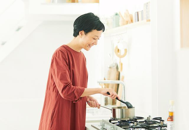 画像: 自家製の発酵白菜漬けを使った特製スープを調理中のはなさん。発酵食品は大好きだそう