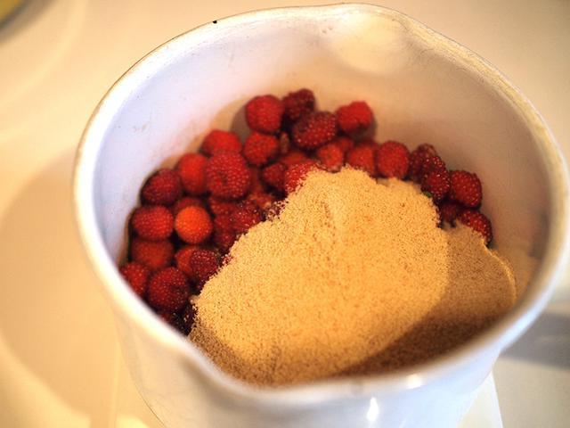 画像: 持ち帰った野イチゴは、コクのあるキビ砂糖でコトコト煮詰めてコンフィチュールに