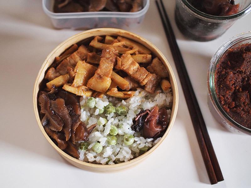 画像: 自家製豆板醤で炒めた豚肉とたけのこは、わが家の定番おかず。お弁当にも