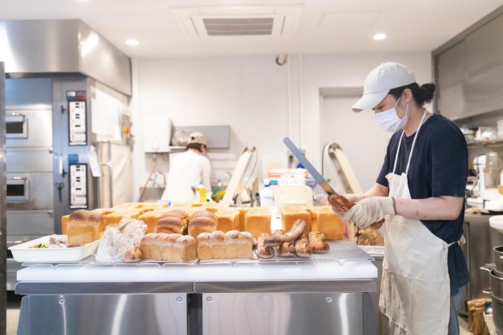 画像: 売り場と厨房の間に壁がなく、厨房の様子が間近で見られます。「焼きあがったパンがすぐにお客さんの元に届くという安心感を演出したくて」と、原さん
