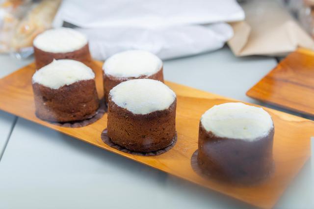 画像: シナモンとアニスがほんのり香る「キャロットケーキ」も定番人気。小麦粉を一切使わず、アーモンドパウダーだけを用い、しっとりした仕上がりに