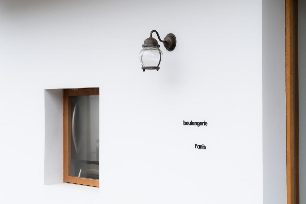 画像: ライトと小窓が配されたセンス溢れる外観