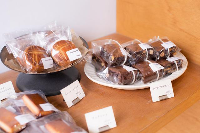 画像: ブラウニーやガレット・ブルトンヌなど、手土産にぴったりな焼き菓子は、常時8種類ほど