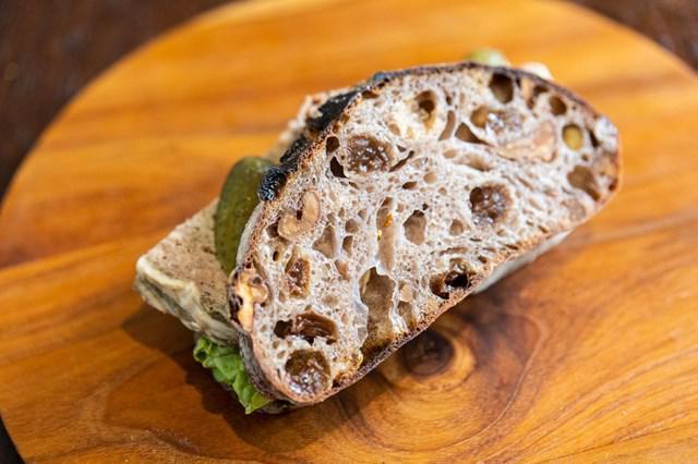 画像: 反対から見ると、パンにはレーズンとクルミがぎっしり