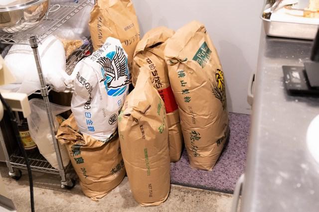画像: さらに、奥にまだありました! 数えていただくと、全部で15袋です