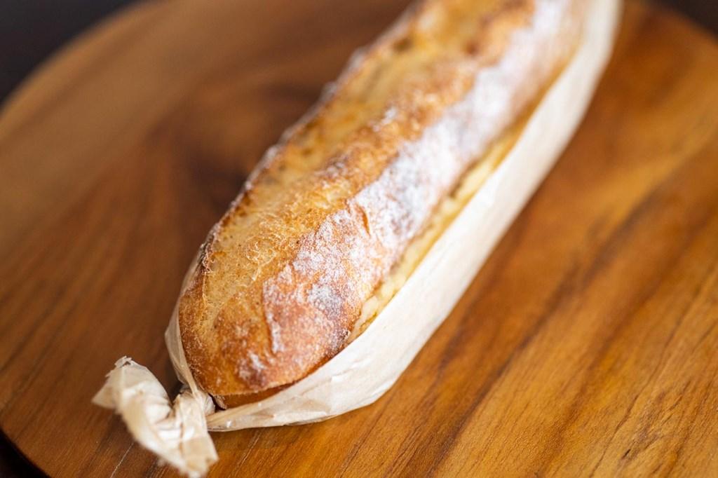 画像: 店一番の人気者が「ミルクスティック」。北海道産のバターと練乳を使ったクリームは、しっかり甘いけど上品な甘さ。歯切れのいい生地と一体感を奏でます