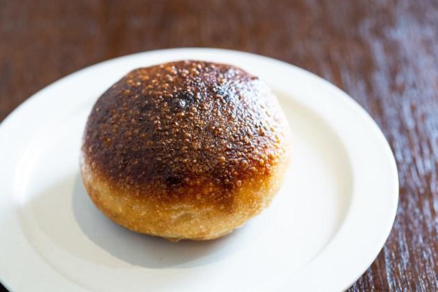 画像: バゲット生地でバターを包み込んだ「塩バターフランス」もファンの多い品。小麦の深い味わいとバターの塩気がガツンときます。皮はカリカリ、中はもちもちの対比も楽しい