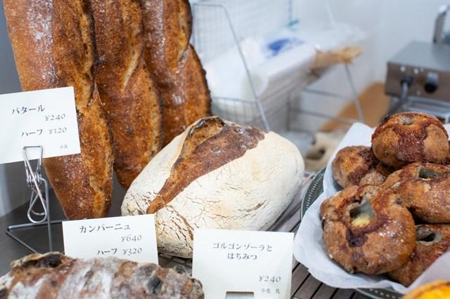 画像: 「パン屋としては料理と合わせたときに、本領を発揮するものを焼きたい」と、料理に合う食事パンも充実