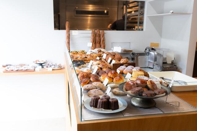 画像: 店が開くのはお昼の12時。オープンから14時にかけて、パンが最も多く揃います